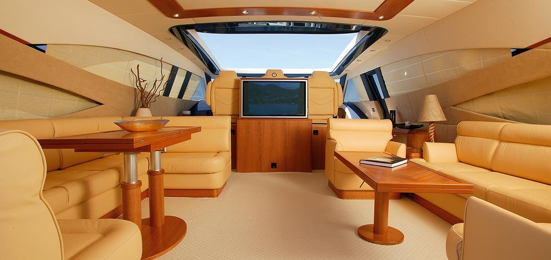 Interni Yacht di lusso con mobilio di legno