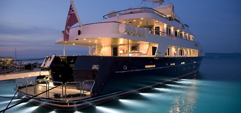Esterni Super Yacht attraccato con luci in notturna