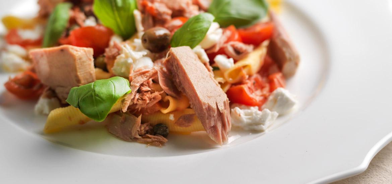 Maruzzella - ricetta Garganelli alla crudaiola con tonno, pomodorini, capperi olive e bufala